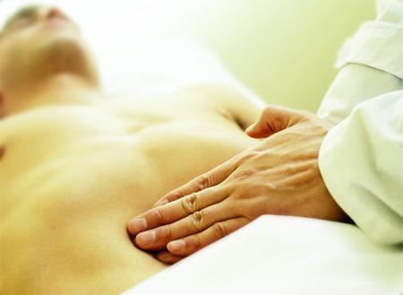Массаж при гастрите желудка не является аналогом медикаментозного лечения
