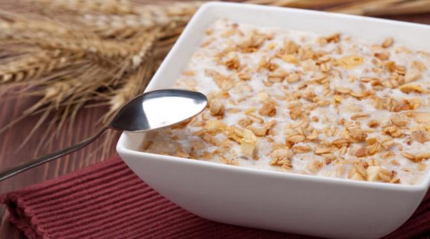 При соблюдении диеты рекомендуется заправлять овсянку молоком