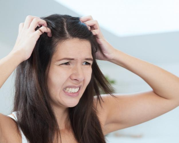 Мучительный зуд головы — один из признаков демодекоза