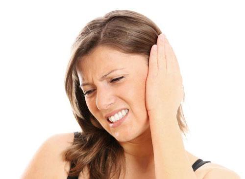 Основным симптомом ушного клеща является боль в пораженном ухе