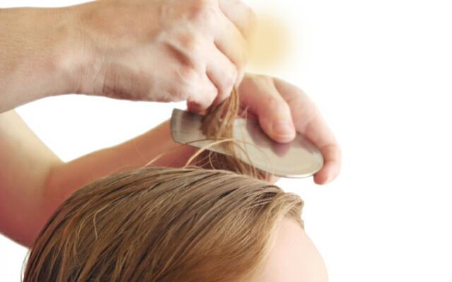 Вымачивать волосы в уксусе нужно с помощью ватки или марли