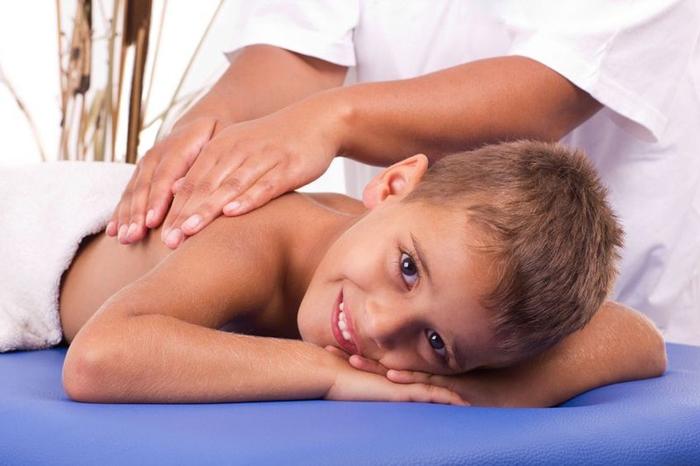 Массаж является вспомогательным методом лечения сколиоза в домашних условиях