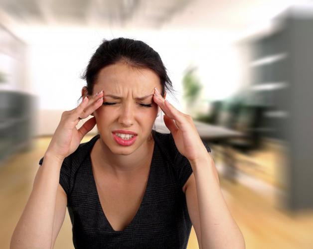 При остеохондрозе головная боль нередко протекает с головокружениями и шумом в ушах