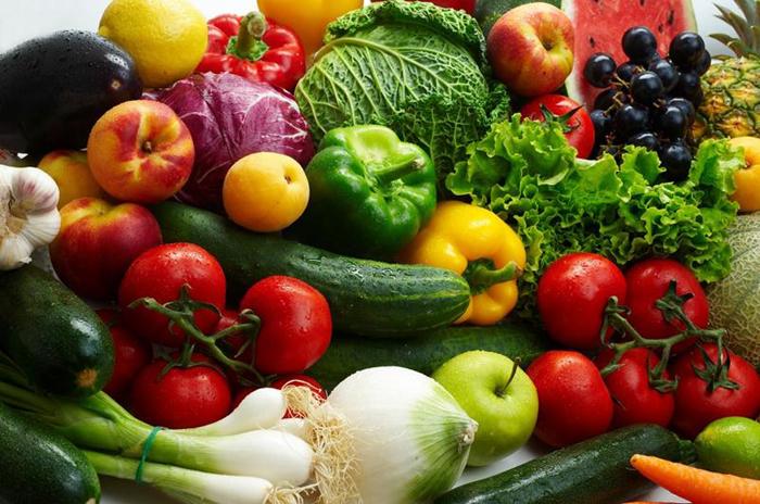 При остеохондрозе очень полезно употреблять много овощей и фруктов